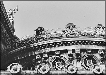 Palais Garnier: View of the cupola, which rests on a neoclassical base with round windows adorned with a lyre motif. To the left, on the flytower apex, stands a statue of Apollo holding aloft a golden lyre. Photo © Ronald Davis