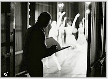 Stanley Roseman drawing the dance from the wings of the stage of the Paris Opéra, 1992. Photo © Ronald Davis