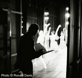 Stanley Roseman drawing from the wings of the stage of the Paris Opéra. Photo © Ronald Davis
